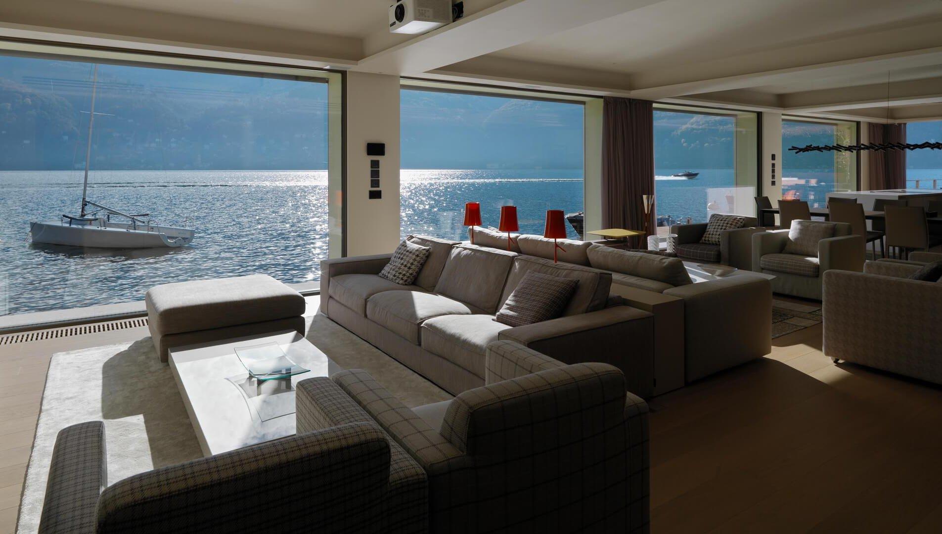 Gli infissi scorrevoli panoramici Mulattieri in villa sul lago di Como