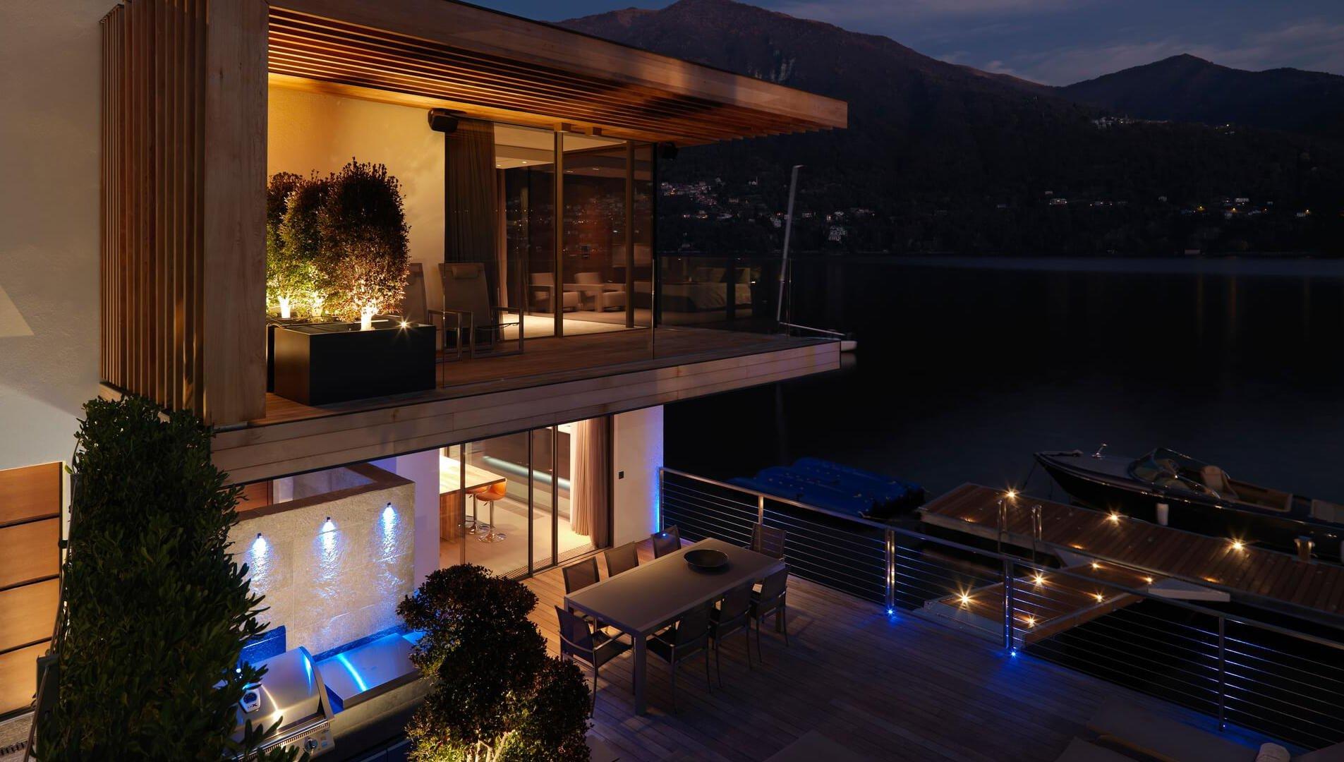 I serramenti di Acquavilla, la villa che si tuffa nel lago di Como