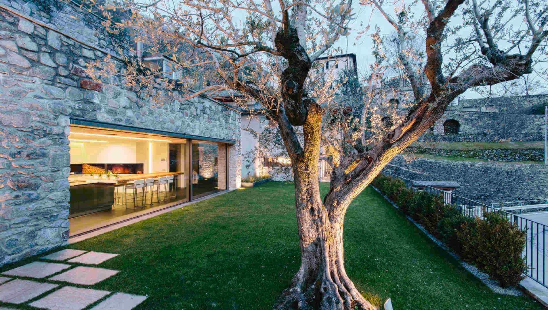 Gli infissi minimali e panoramici della Casa nel Vigneto